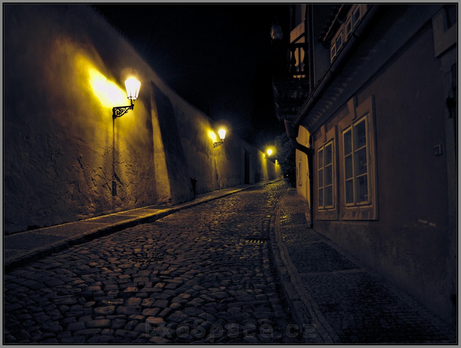 Do ztemnělých uliček Stínadel pronikají zvuky stínadelských zvonů…