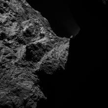 Členitý povrch kométy 67/P (facebook.com)