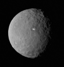 Záhadné škvrny na trpasličí planete Ceres