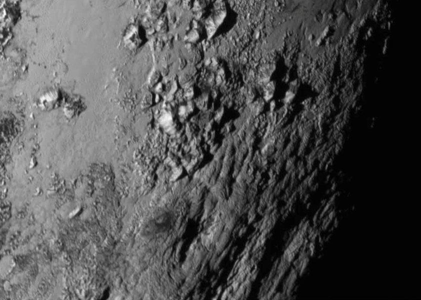 Pluto a Cháron: Pláne a mladé pohorie