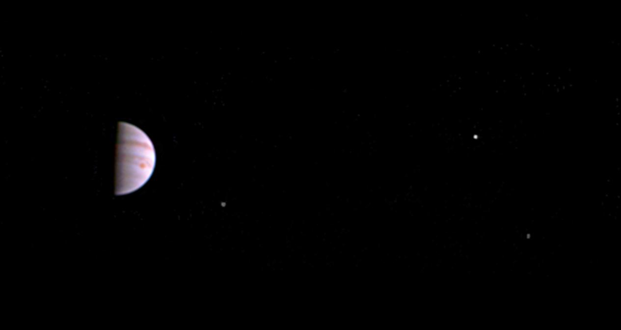 Prvý pohľad na Jupiter pohľadom sondy Juno