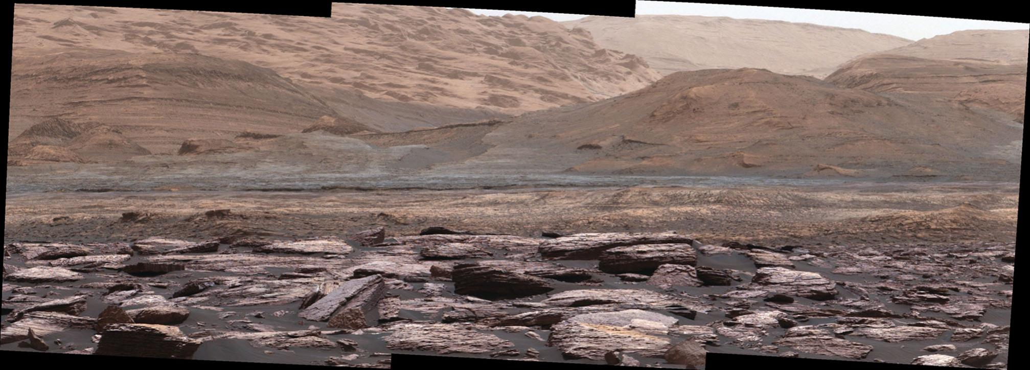 Curiosity nahlíží na úpatí Mount Sharp