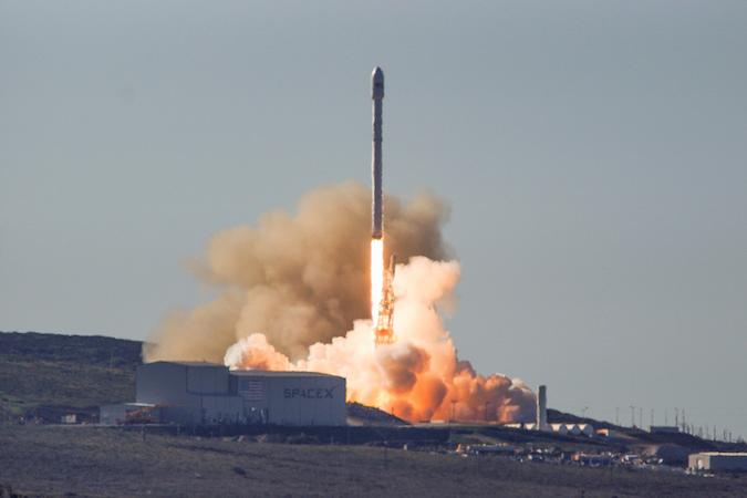 Návrat rakety Falcon: 10 družíc Iridium a pristátie prvého stupňa