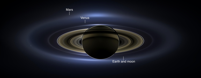 Cassini: Pohled na Zemi a průlet vnitřní mezerou prstenců